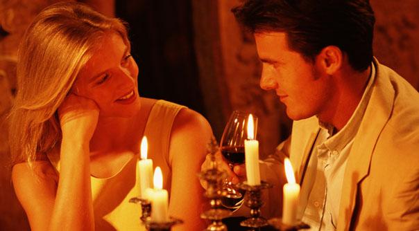 Dîner romantique encore une fois avec des bougies, symbole de l'intimité
