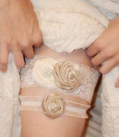 Jarretière chic avec roses perlées