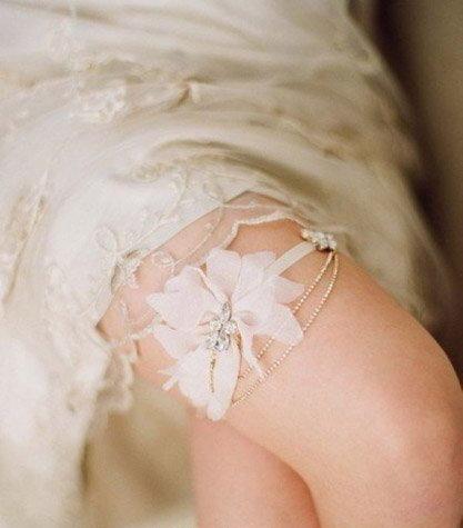 Jarretière ornée de diamant et fleurs