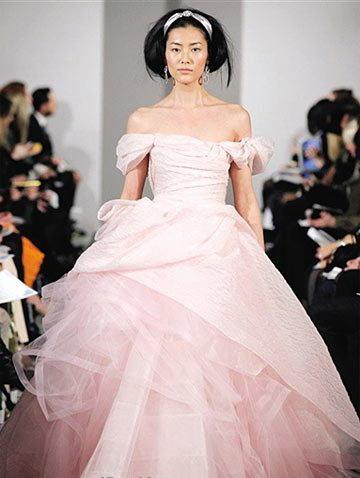 Robe de mariée rose par Oscar de la Renta