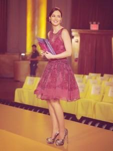 Queen B dans une robe fuchsia