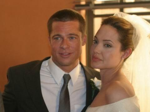 Brad Pitt en costume et Angelina Jolie dans sa robe mariage