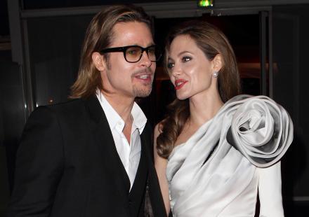 La robe de soirée en couleur argenté portant sur Angelina jolie est élégante et raffinée.