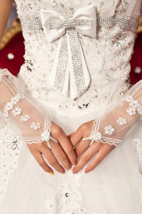 Les gants de mariée courts avec appliques