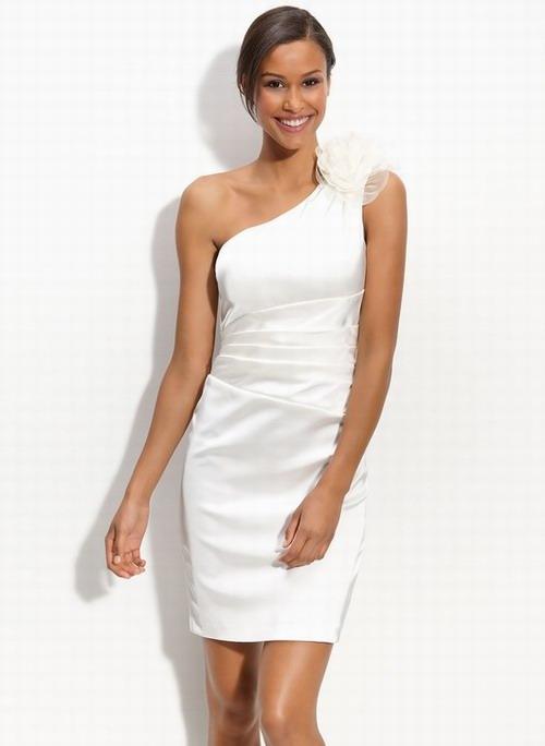robe de mariage courte avec fleur sur épaule