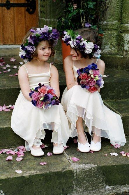 Cortège filles ornées de fleur violette en robes blanche à spaghetti