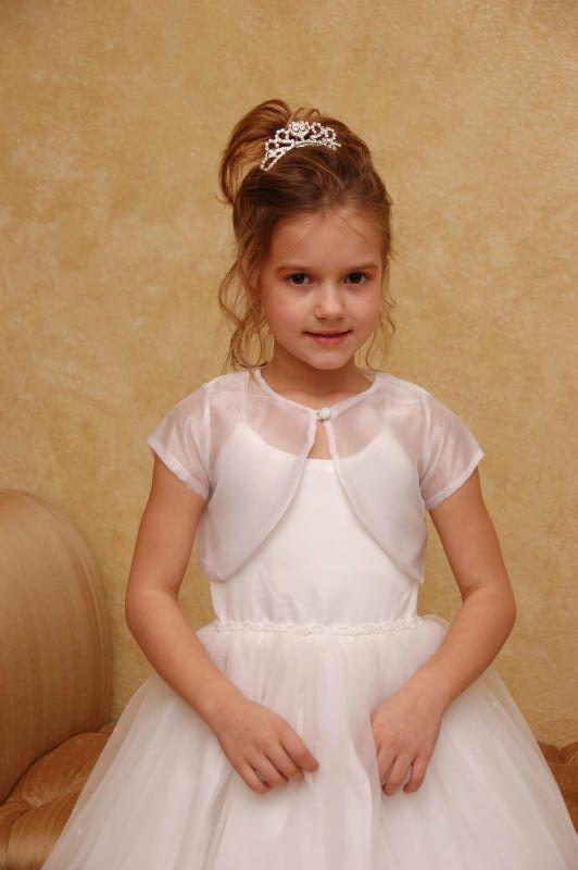Cortège fille porte une tiare, une robe blanche, un boléro en organza