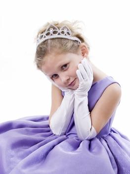 Une cortège fille mignonne porte une tiare et une paire de gants