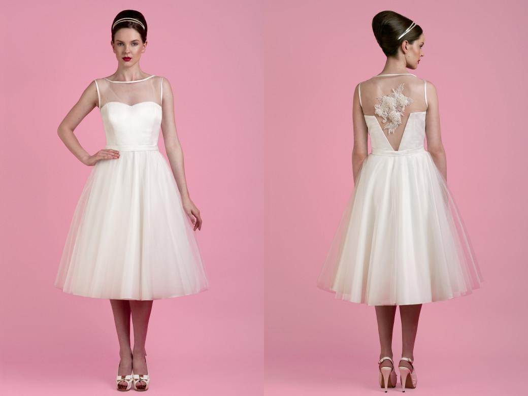 Cette robe de mariée courte rétro signée par le designer nuptial Tobi Hannah.