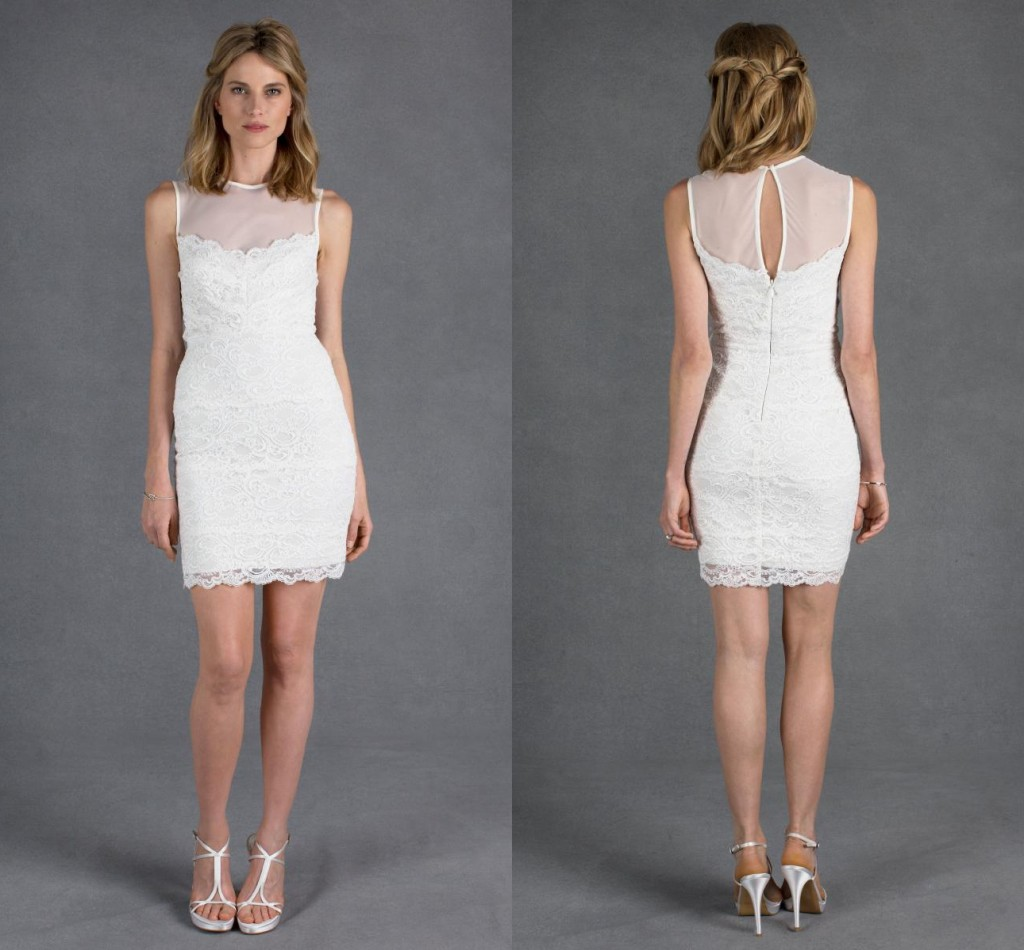 Une robe de mariée courte fourreau en dentelle de Nicole Miller