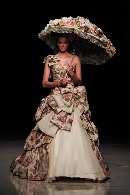 Robe de mariage rétro florale à noeud papillon avec un parasol fleur