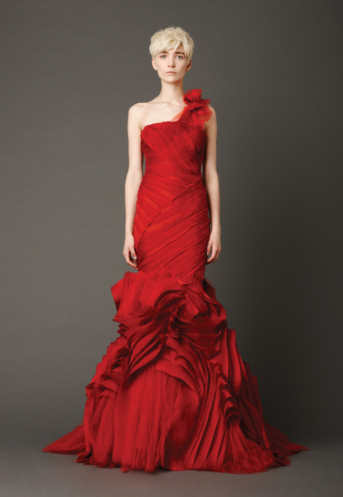 Robe de mariée rouge sirène à encolure asymétrique de Vera Wang