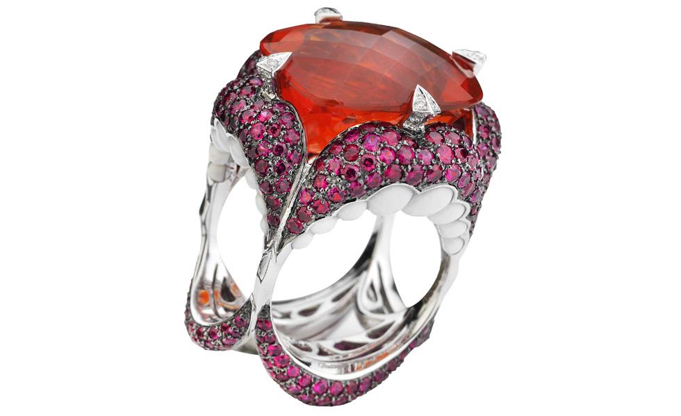 Un anneau comme une bouche ouverte qui est créée par Stephen Webster