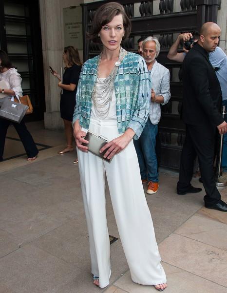 Milla Jovovich optez pour un ensemble blanc et une veste bleu-vert au défilé Armani