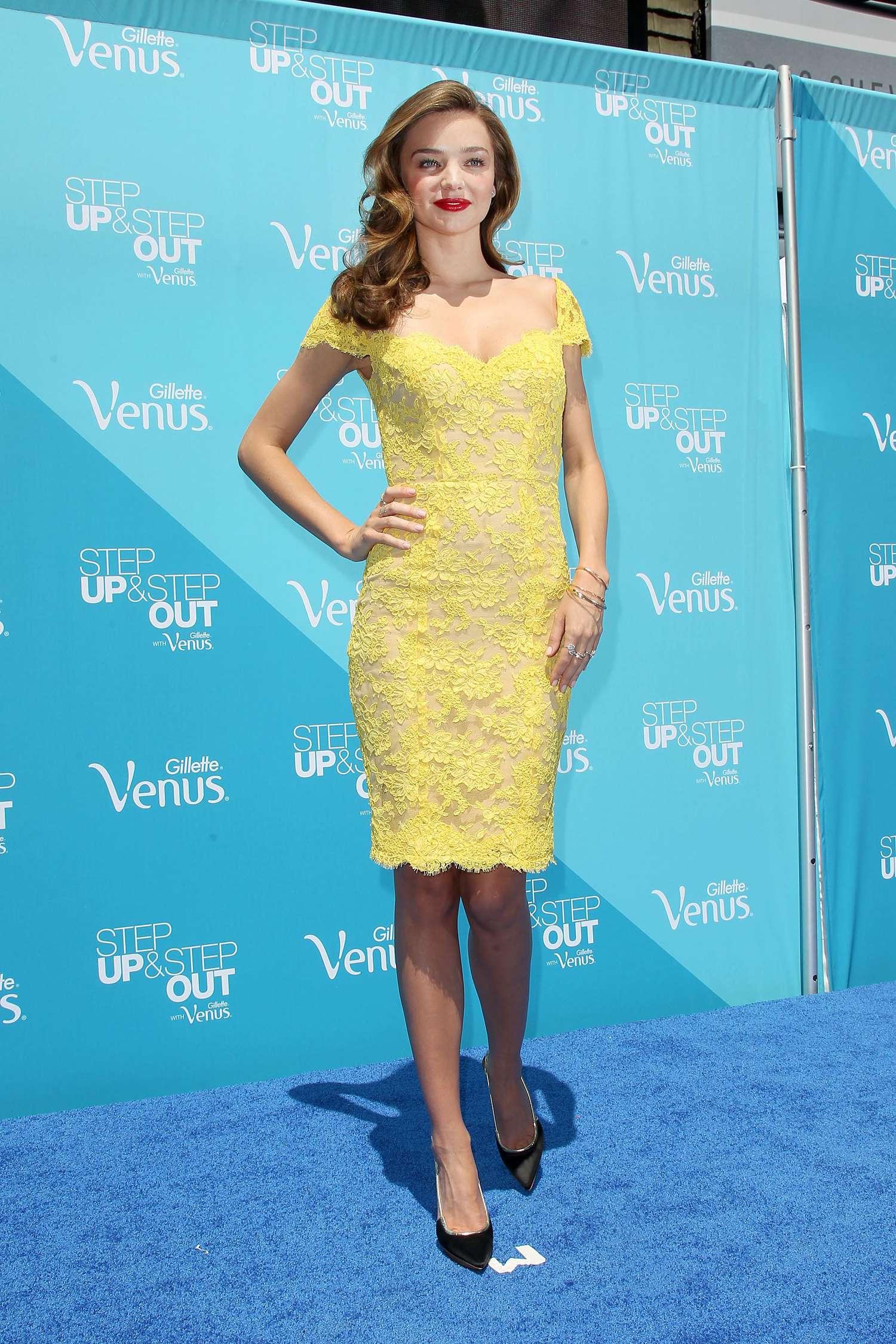 Miranda Kerr porte une robe de soirée jaune de Reem Acra.