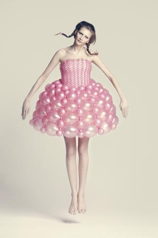 Une robe rose courte en ballon de Daisy balloon créée Rie Hosokai et Takashi Kawada