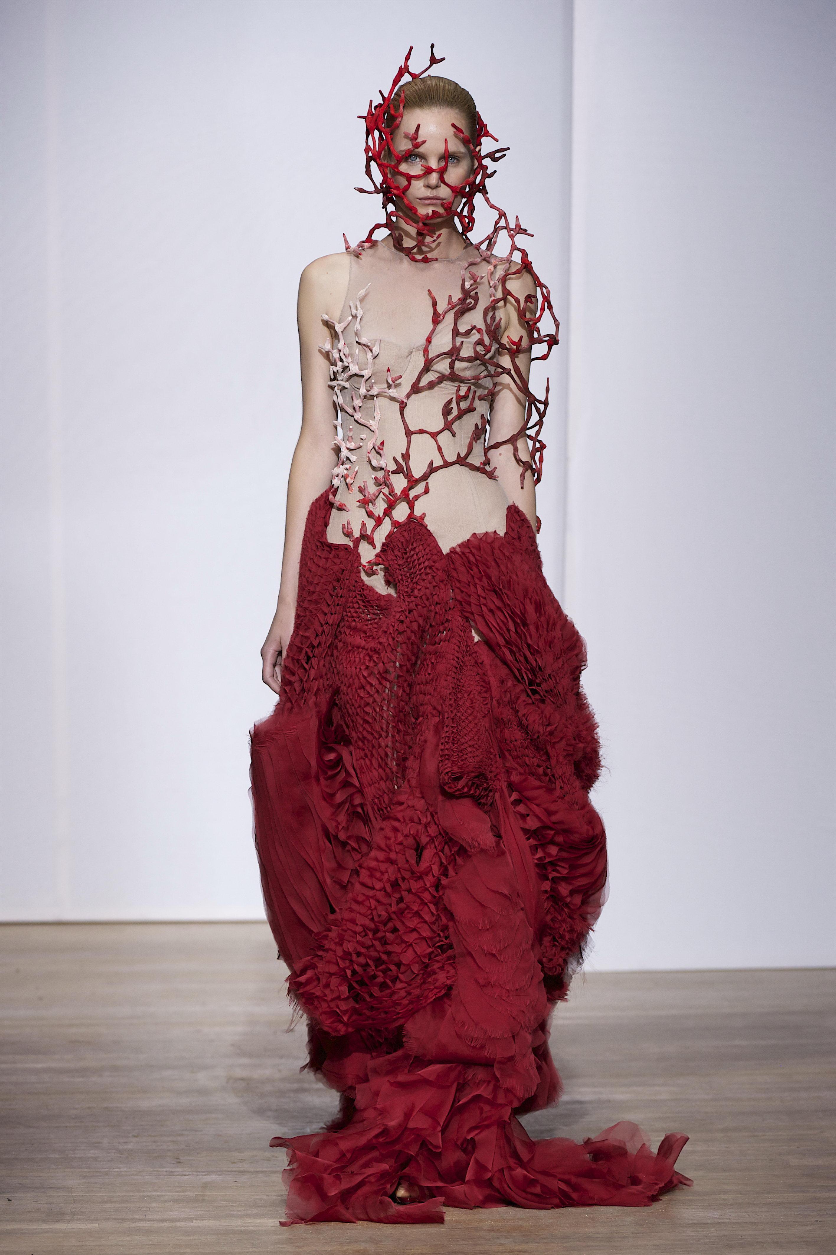 Une robe rouge du défilé Yiqing Yin Haute couture Automne-hiver 2013-2014