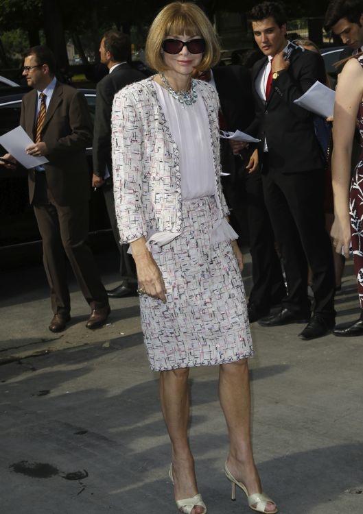 Anna Wintour dans un ensemble imprimé au défilé Chanel haute couture