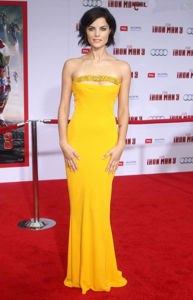 Jaimie Alexander porte une robe bustier jaune de Marc Bouwer.