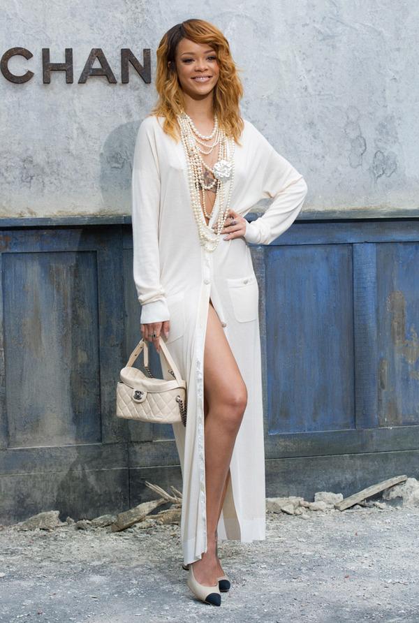 Rihanna assister le défilé Chanel haute couture en portant un gilet longue beige