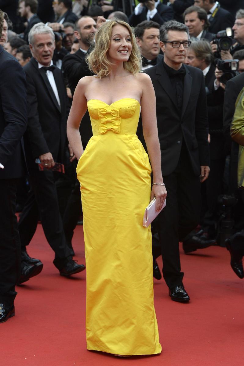 Ludivine Sagnier porte une robe bustier longue jaune de la maison Louis Vuitton