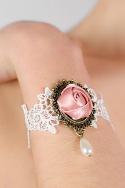Idée de bijoux, bague en dentelle avec fleur