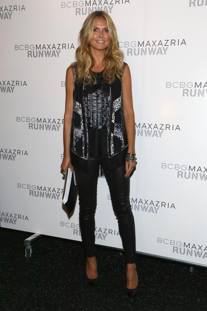 Heidi Klum choisit un legging en cuir noir au défilé BCBGMAXAZRIA