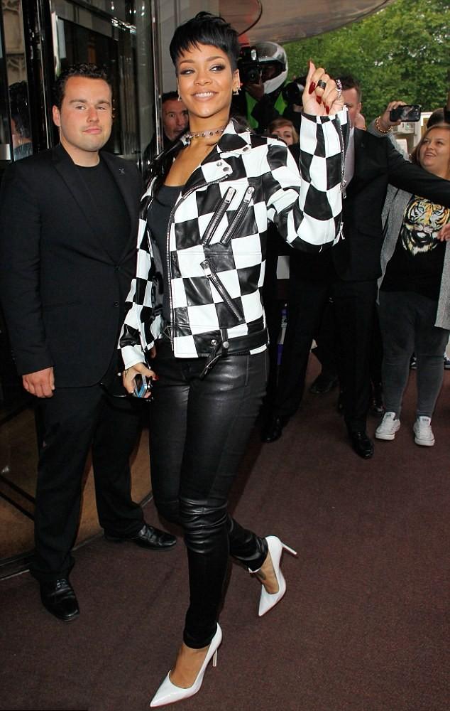 Rihanna portait une tenue totalement blanc et noir.