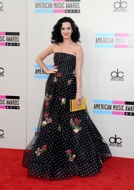 Katy Perry optait pour une robe longue noire signée Oscar de la Renta