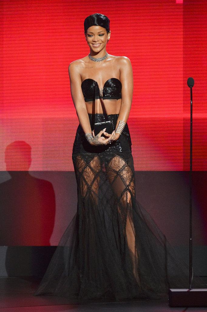 Rihanna dans une robe noire sexy à la cérémonie des American Music Award