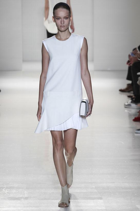 Une petite robe blanche simple signée Victoria Beckham