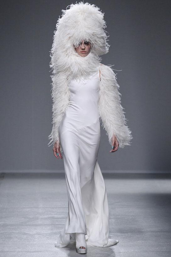 Une robe de mariage plus loufoque avec une chapka en franges