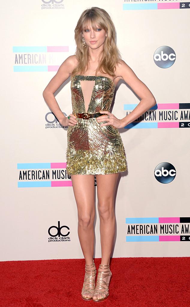 Taylor Swift portait une robe dorée signé Julien McDonald au AMA 2013