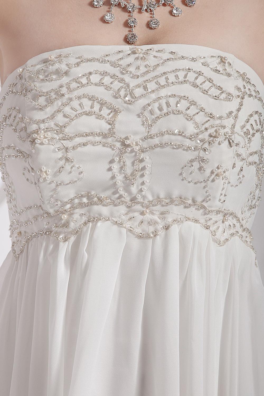 Une robe de mariée bustier ornée de bijoux