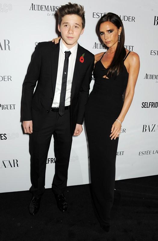 Victoria Beckham et son fils au Harper Bazaar aux Awards de l'année 2013 des femmes du monde de l'art
