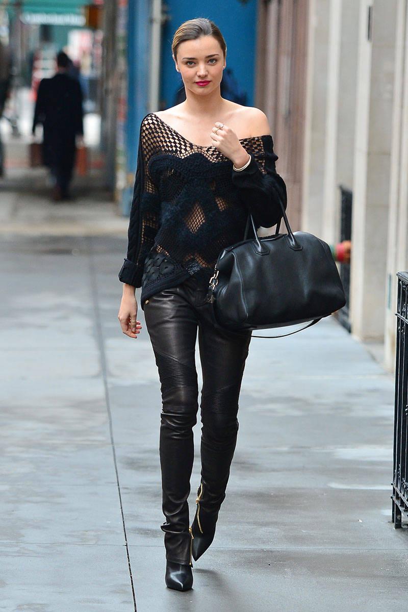 Look de star : Miranda Kerr portait un sweater noir ajouré.