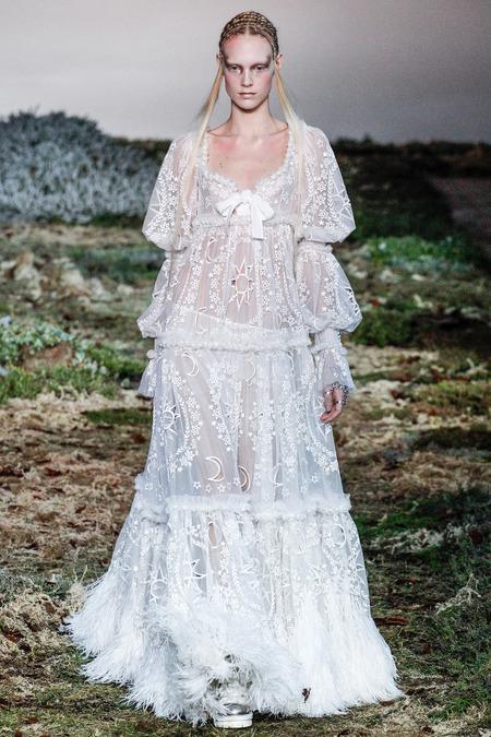 Une robe blanche dentelle très exquise issue de la collection Automne/Hiver 2014 de  Alexander McQueen