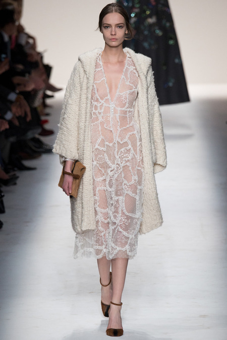 Une robe dentelle blanche très transparente de Valentino