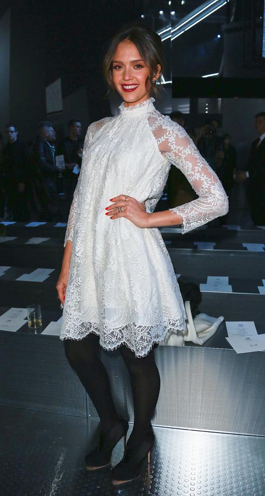 Jessica Alba dans une sublime robe de dentelle blanche