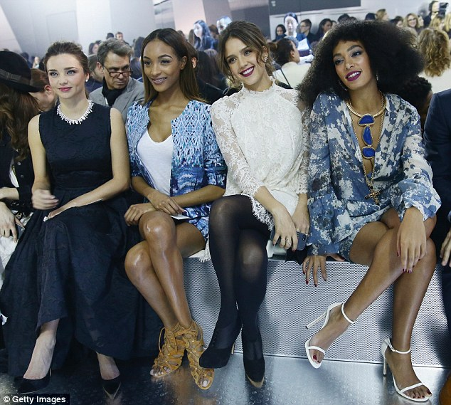 Les quatre femmes s'habillent bien au premier rang du défilé H&M automne/hiver