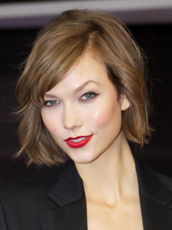 Karlie Kloss aux cheveux carré flou et à la lèvre rouge
