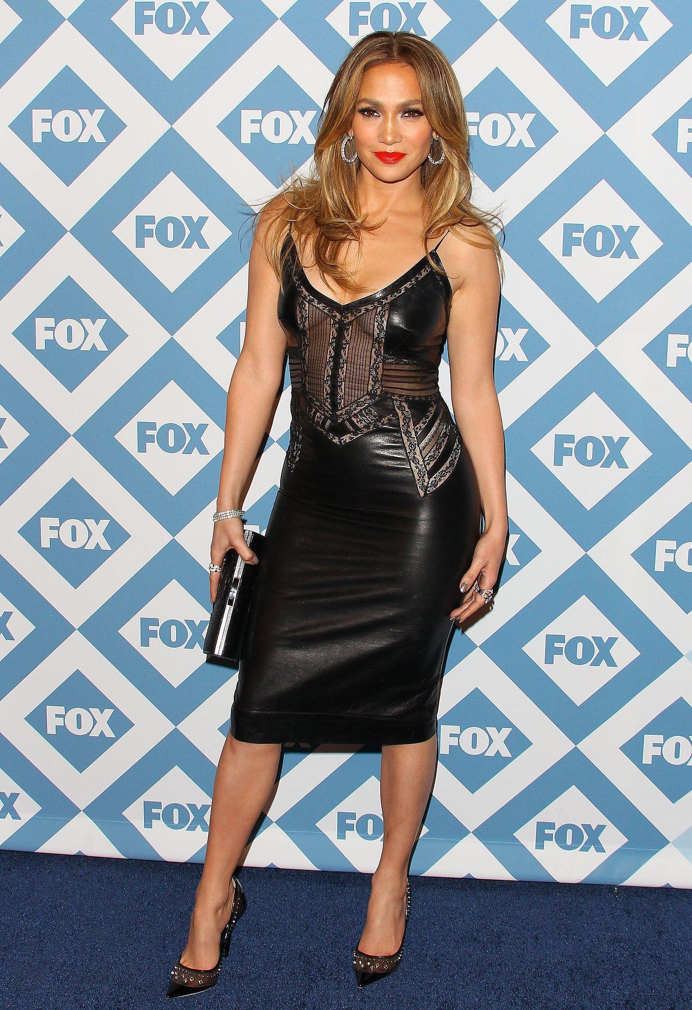 Jennifer Lopez portait une petite robe noire