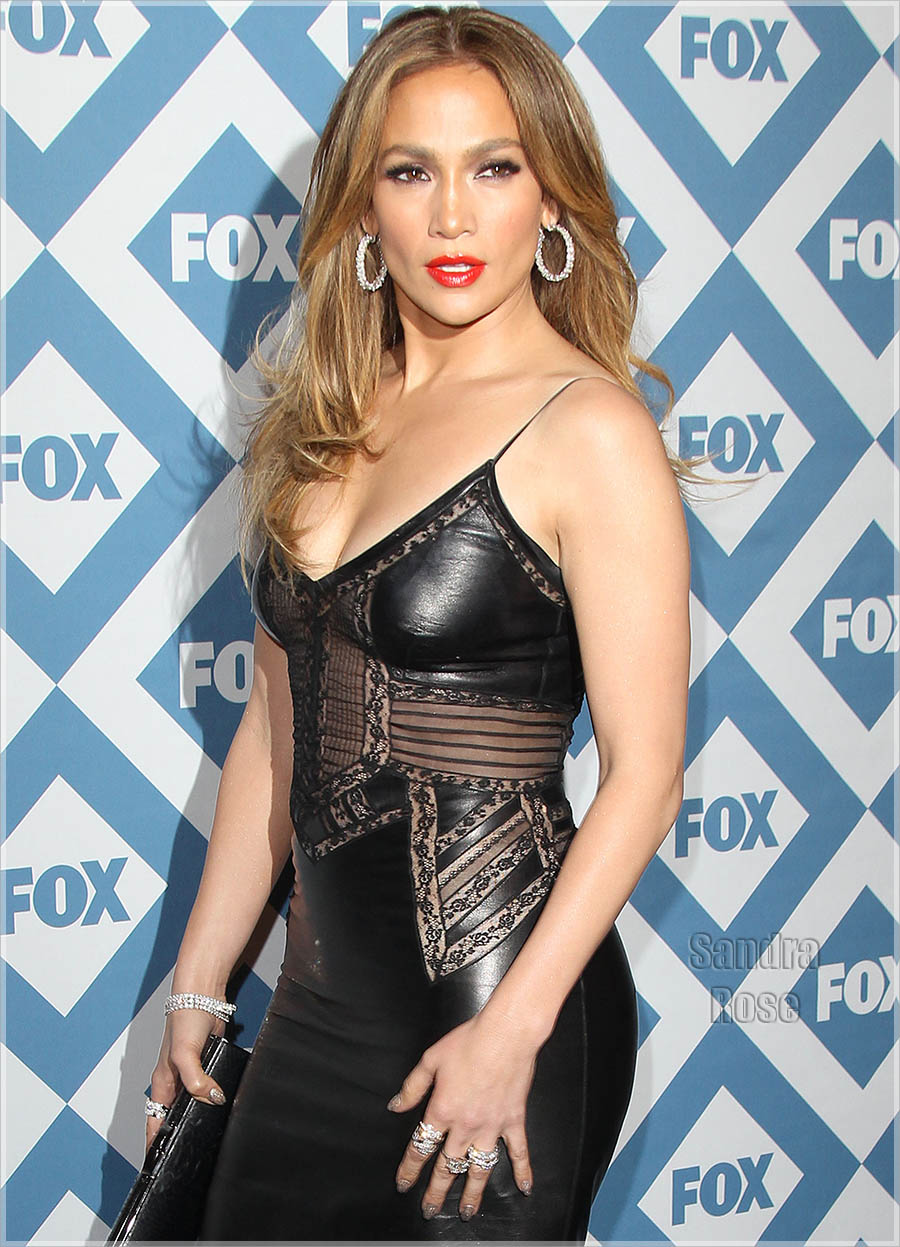 Jennifer Lopez opte pour une robe noire courte en cuir