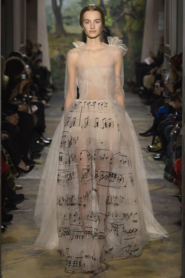 Robe fantastique dotée d'une jupe à notation musicale