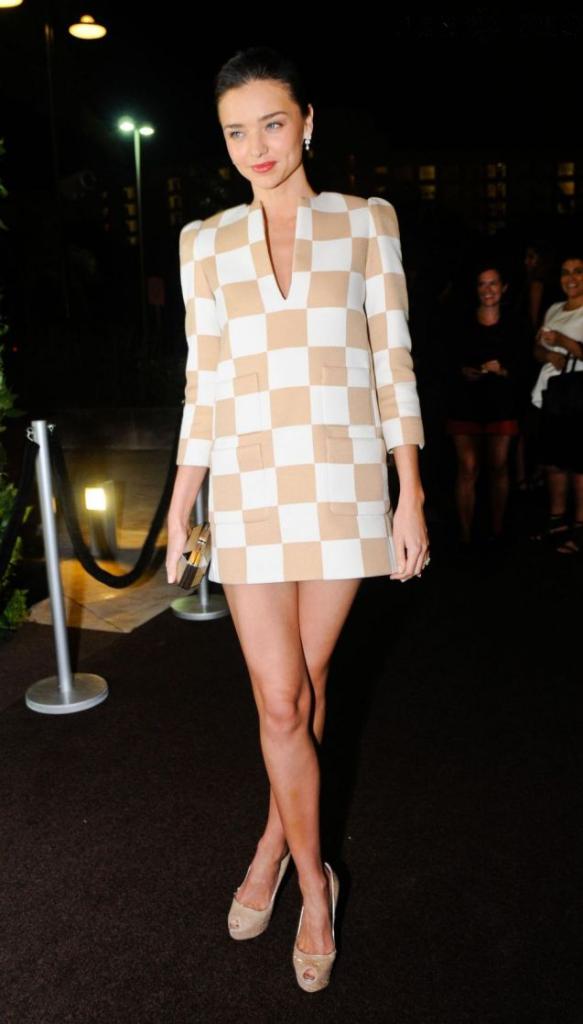 Miranda Kerr ose la mini robe Louis Vuitton à carreaux