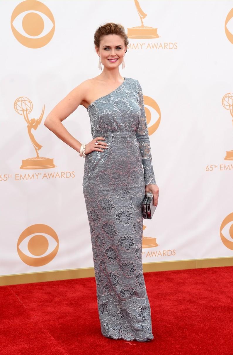 Emily Deschanel était également ultra lookée en portant pour une robe longue dentelle