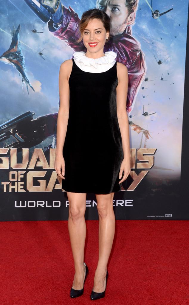 Aubrey Plaza portait une petite robe noire à col blanche