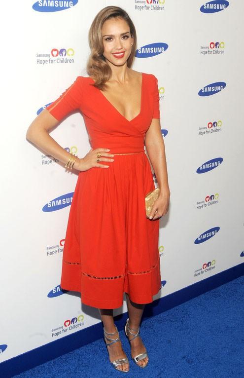 Jessica Alba a fait une sensation en portant une robe rouge vif