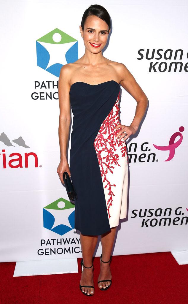 Jordana Brewster portait une robe bustier marine, corail et blanche