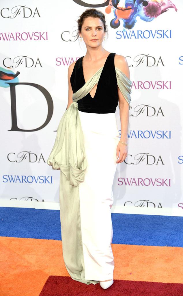 Keri Russell portait une robe soirée bicolore à écharpe verte signée Rosie Assoulin